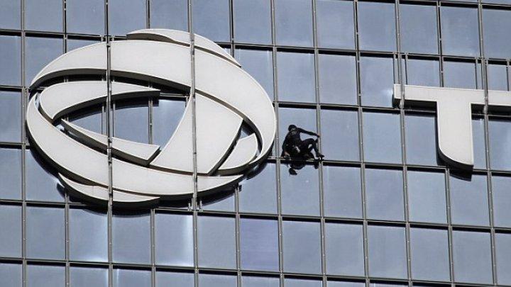 """""""Spidermanul francez"""" a escaladat Tour Total din Paris, în susţinerea muncitorilor care fac grevă împotriva proiectului de reformă a sistemului de pensii"""