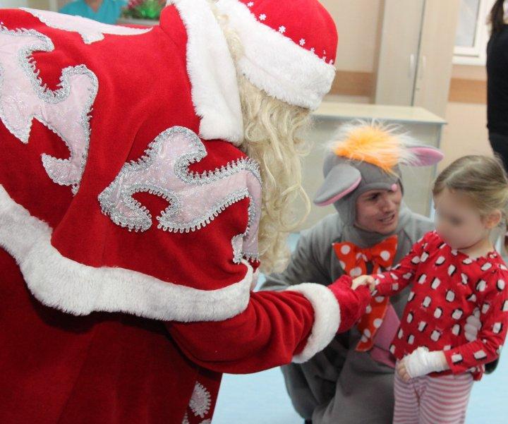 CLIPE DE FERICIRE pentru copiii de la un spital din Capitală. Trei deținuți, îmbrăcaţi în costume de sărbătoare, le-au adus daruri (FOTO)