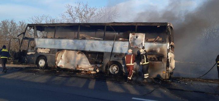 Un autocar s-a aprins din mers şi a ars ca o torţă (VIDEO)
