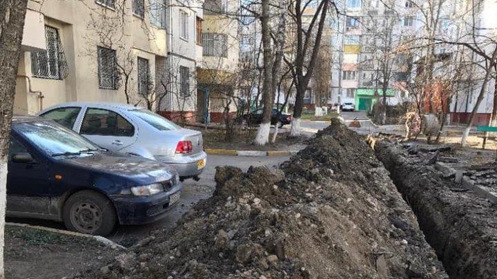 Mai mulți șoferi din Capitală au rămas blocați după ce curtea casei s-a transformat în şantier (FOTO)