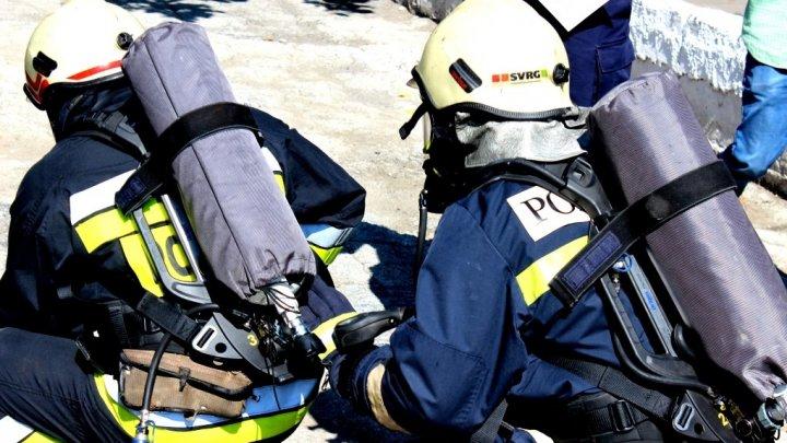 La un pas de tagedie! Un bărbat, salvat de pompieri dintr-un apartament care a luat foc, la Soroca (FOTO)