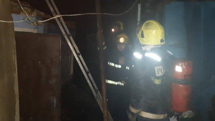 INCENDIU VIOLENT în Capitală. O casă bătrânească a fost cuprinsă de flăcări. Sunt victime (FOTO)