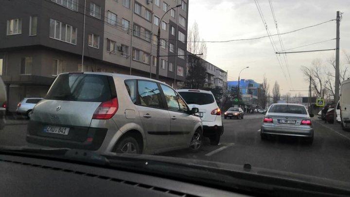 Ambuteiaj în Capitală! Două maşini s-au lovit pe strada Mioriţa (FOTO)