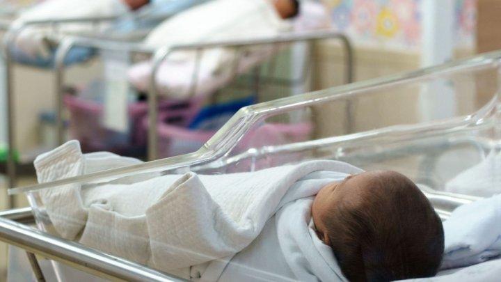 Medicii au examinat starea copilului abandonat într-un bloc din Capitală: nu are nicio lună de la naştere şi cântăreşte 3180 grame