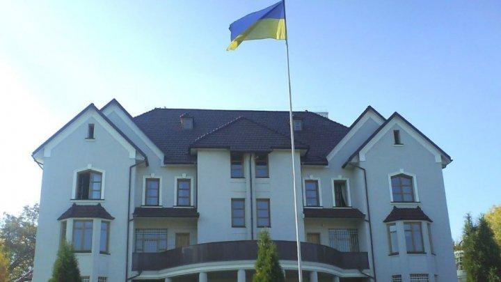 O carte de condoleanţe în memoria victimelor catastrofei aviatice din Iran, deschisă la Ambasada Ucrainei în Republica Moldova