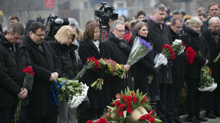 """Durerea care îi uneşte. Zeci de oameni au venit cu flori la monumentul """"Victimelor fascismului"""""""