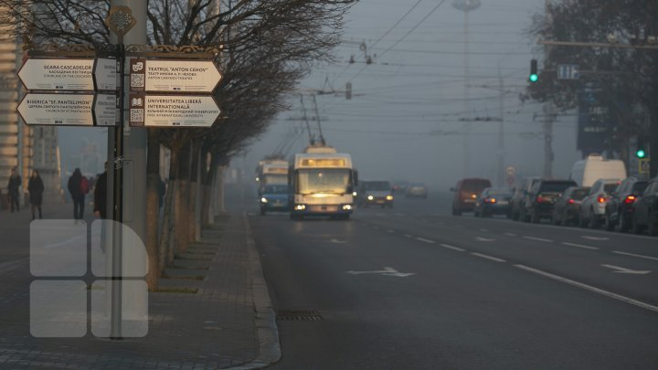 Conduceţi cu prudenţă! Ceață densă în Capitală. Străzile pe care se circulă cu dificultate