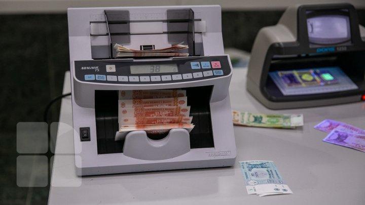 Beneficiarii îşi pot ridica banii. CNAS a transferat indemnizațiile pentru incapacitate temporară de muncă