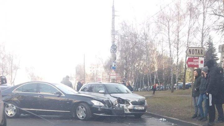 ACCIDENT pe strada Studenţilor din Capitală. Două maşini s-au lovit violent