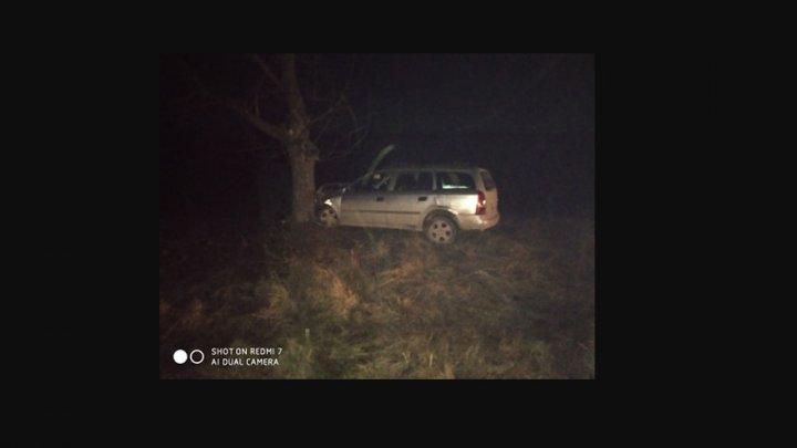 ACCIDENT GRAV la Ungheni. O maşină s-a izbit violent într-un copac. Ce spune un martor ocular (VIDEO/FOTO)