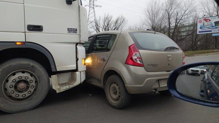 ACCIDENT în apropiere de Gara Auto de Nord. O maşină, la un pas să fie strivită de un TIR