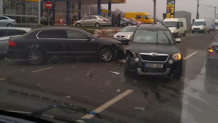 ACCIDENT pe strada Petricani din Capitală. Două maşini s-au lovit violent