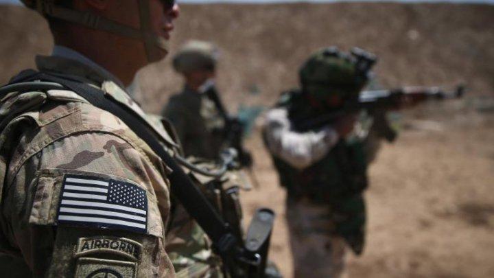 O bază militară care găzduieşte soldaţi americani în Irak a fost atacată cu rachete. Patru persoane, rănite