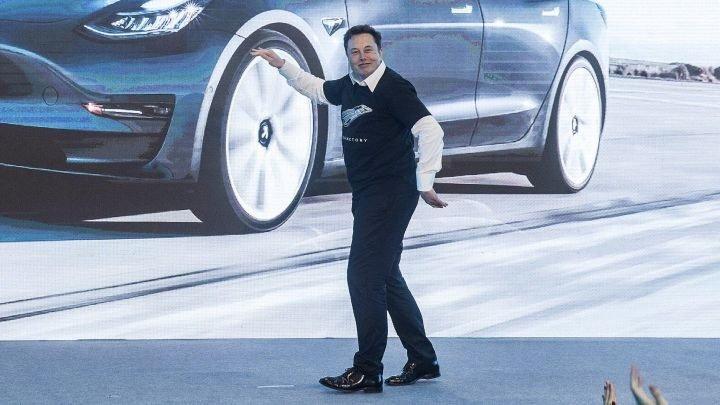 Elon Musk șochează din nou. Miliardarul american şi-a demonstrat abilităţile de dansator la prezentarea Tesla Model 3 în China (VIDEO)