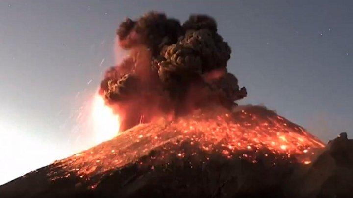 Momentul în care a erupt vulcanul Popocatépetl din Mexic, situat la doar câţiva zeci de kilometri de capitală (VIDEO)