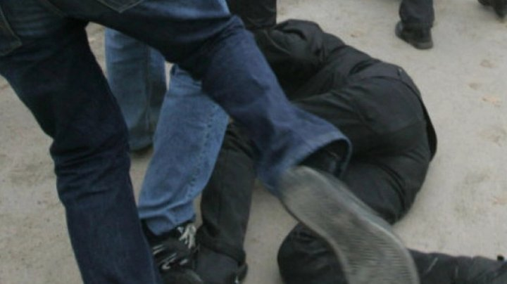 Au băut și s-au bătut: Un bărbat din satul Răciula ar fi fost luat la pumni de preotul din sat