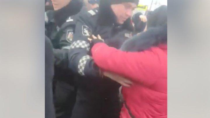 Atmosferă TENSIONATĂ la Elizaveta. Protestatarii şi poliţiştii s-au îmbrâncit (VIDEO)