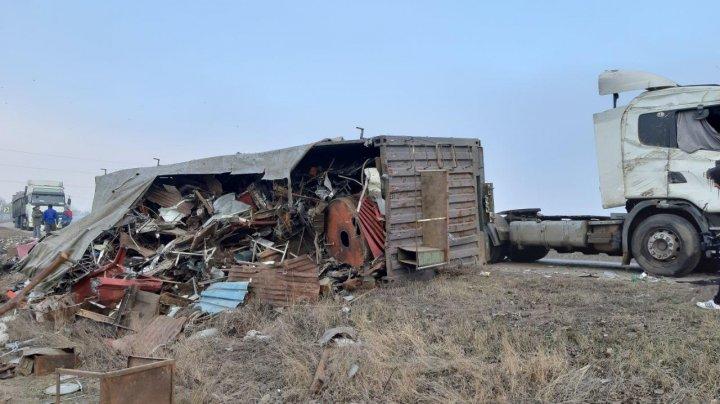 ACCIDENT CUMPLIT pe şoseaua Chişinău-Bălţi. Un TIR s-a răsturnat într-un șanț (VIDEO/FOTO)