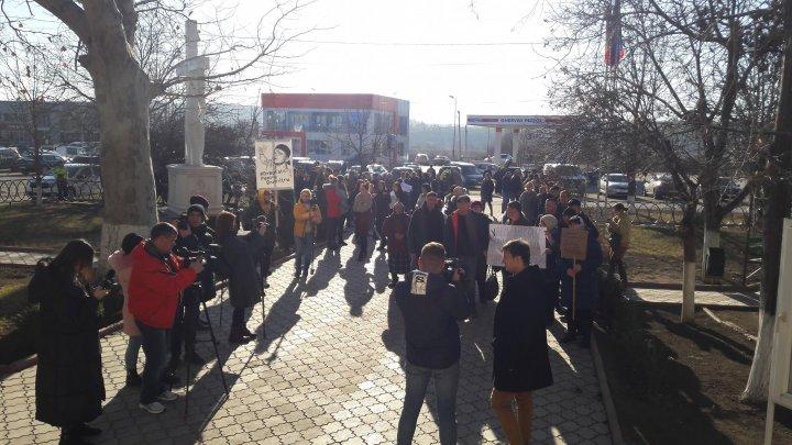 PROTESTE la Ialoveni. Oamenii cer dreptate în cazul tânărului OMORÂT în bătaie de Revelion: NE UCID COPIII (FOTO)