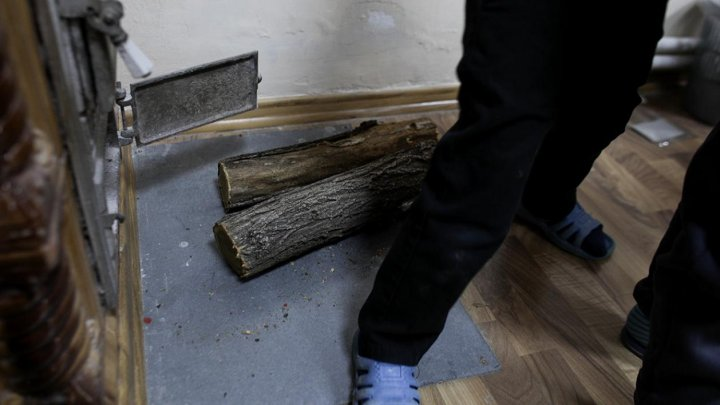 """""""Se umflă parchetul"""": Elevii unei şcoli din România, puşi să se descalţe atunci când intră în sălile de clasă"""