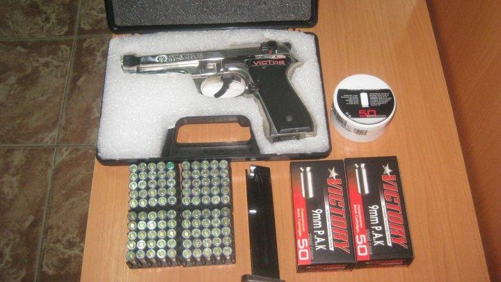 Un pistol şi 150 de cartuşe, ascunse printre bagajele personale ale unui moldovean, depistate de vameşi (FOTO)
