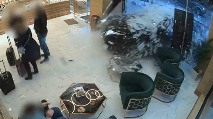 JAF CA ÎN FILME. Momentul în care hoții au intrat în magazin cu tot cu mașină (VIDEO)