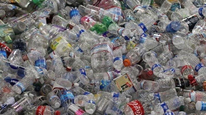Coca-Cola refuză să renunțe la sticlele de plastic. Care este motivul