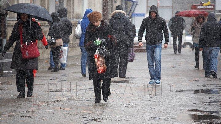 Vreme MOHORÂTĂ pentru mâine. Vor cădea precipitaţii sub formă de lapoviţă şi ploi slabe