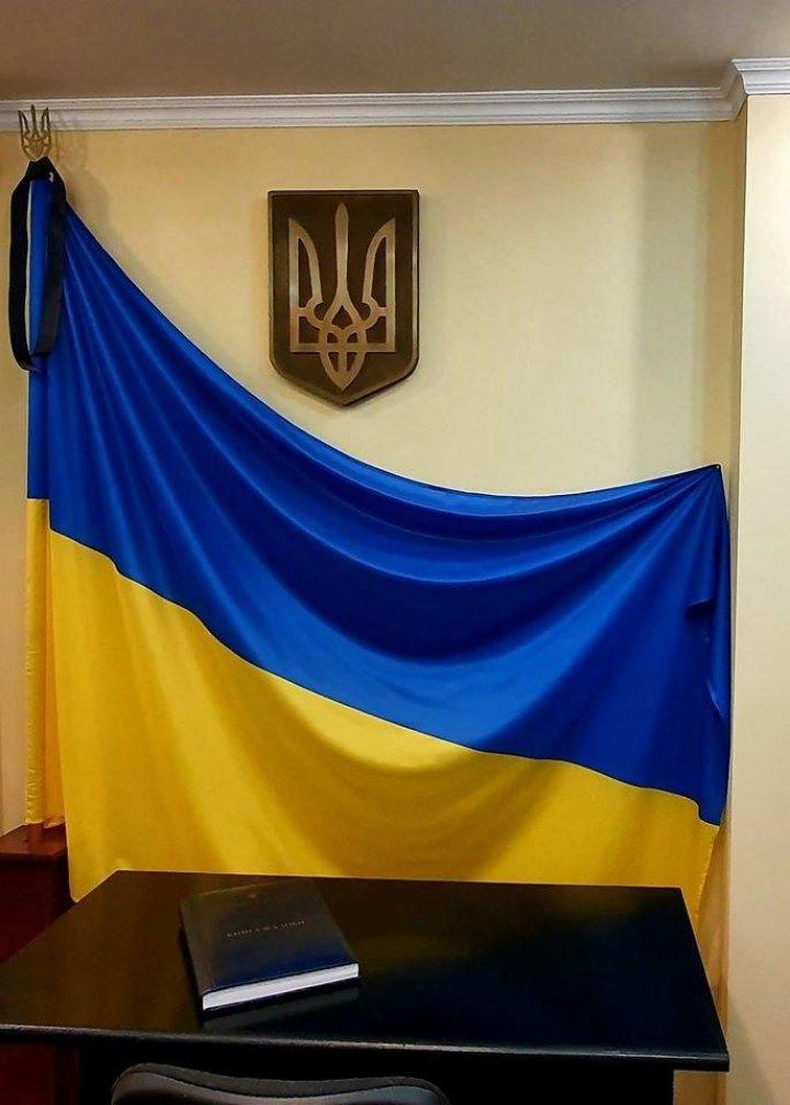 Zeci de oameni au mers la Ambasada Ucrainei din Chişinău să transmită mesaje de condoleanțe familiilor victimelor catastrofei aviatice