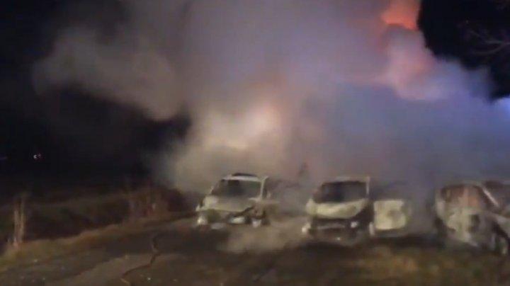 Tentativă de JAF ca-n filmele de acţiune. Hoții au dat foc la maşini și au împrăștiat cuie pe șosea (VIDEO)