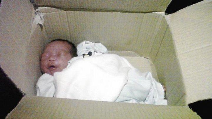 Un bebeluș de trei zile, găsit într-o cutie din carton, într-o casă abandonată