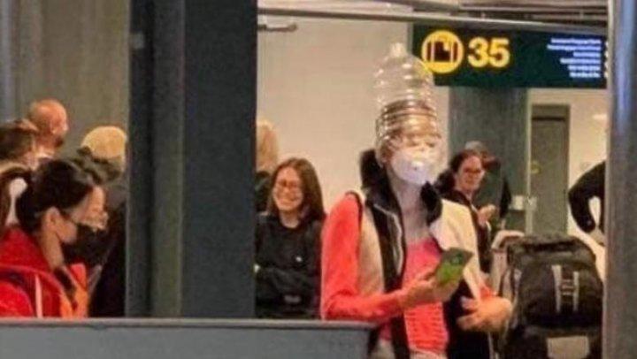 Măsură anti-coronavirus pe aeroport: Bidonul de apă pus pe cap (GALERIE FOTO)
