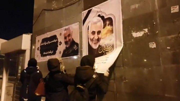 Mii de iranieni revoltați au ieșit la protest. Oamenii rup portretele generalului Qassem Soleimani