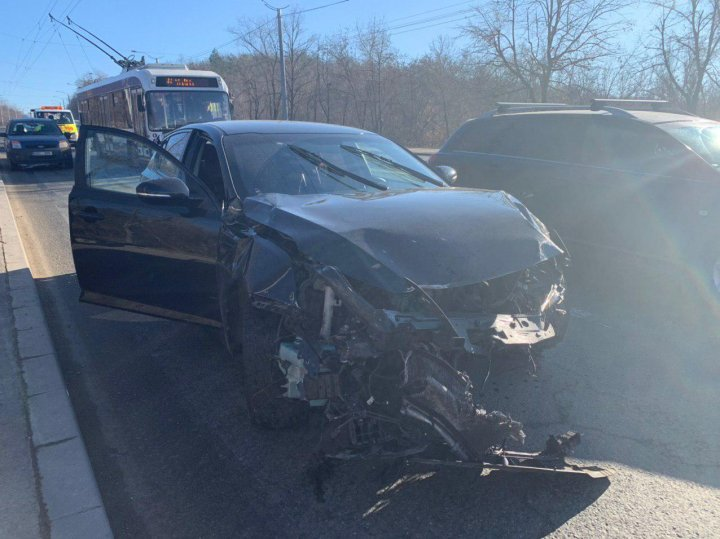 Accident grav în Capitală. Un automobil s-a izbit violent într-un pilon, după care a ajuns într-un copac (FOTO/VIDEO)