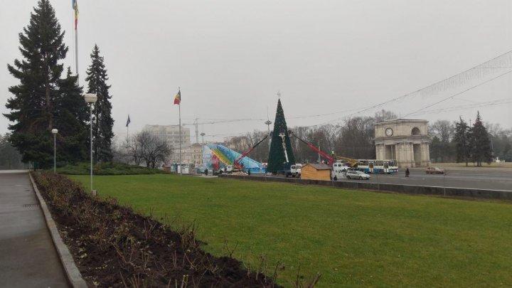 GATA cu sărbătorile! A început demontarea Pomului de Crăciun din centrul Capitalei