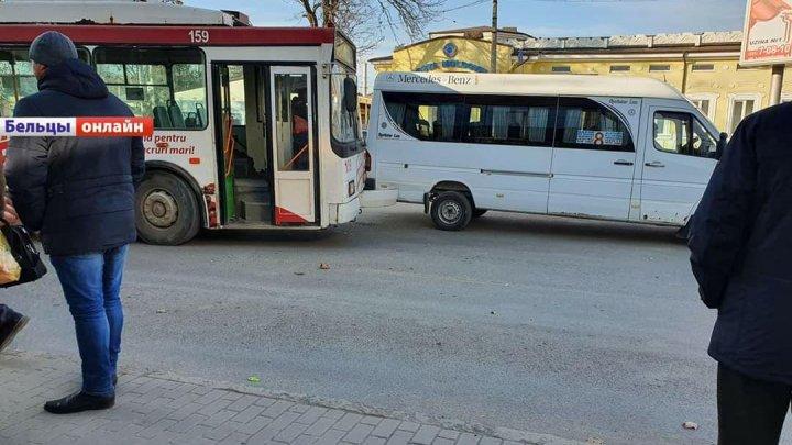 Accident la Bălţi: Un microbuz şi un troleibuz s-au ciocnit (FOTO)
