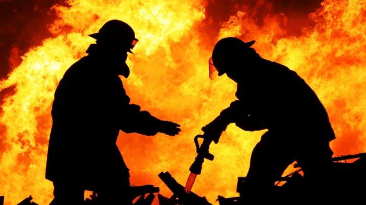 Un apartament din Capitală arde. Ambulanța și pompierii, la fața locului (VIDEO)
