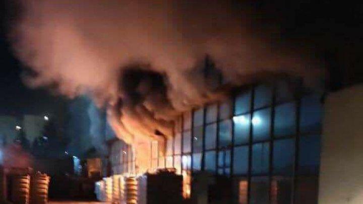 INCENDIU PUTERNIC în sectorul Rîșcani al Capitalei. Mai multe autospeciale ale pompierilor, la faţa locului (FOTO)