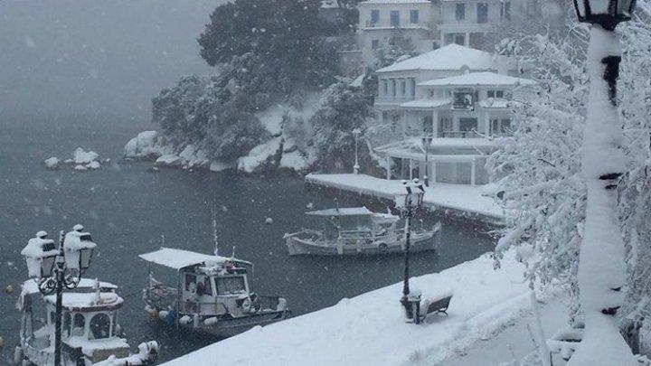 Grecia: Drumuri închise şi curse de feribot anulate, din cauza unei furtuni de zăpadă şi a vânturilor puternice