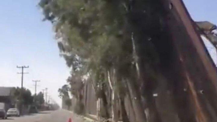 Momentul în care zidul lui Donald Trump dintre SUA și Mexic a fost doborât de vânt (VIDEO)