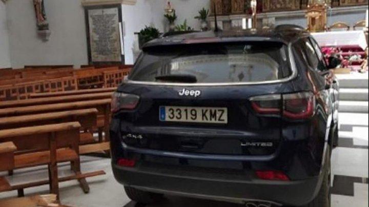 """Un bărbat care credea că e """"posedat"""" a intrat în biserică, cu tot cu mașină (VIDEO)"""