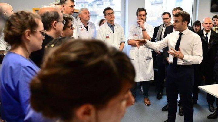 Macron a vizitat spitalul unde a murit primul francez răpus de coronavirus