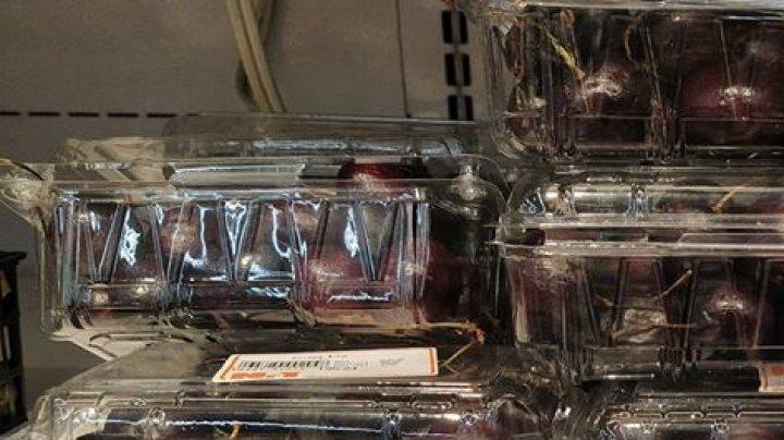 """""""O cireaşă?"""": Preţul cosmic al cireşelor vândute într-un supermarket din Capitală (FOTO)"""