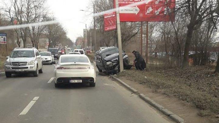 Accident pe strada Petricani din Capitală. O maşină a intrat într-un stâlp (FOTO)