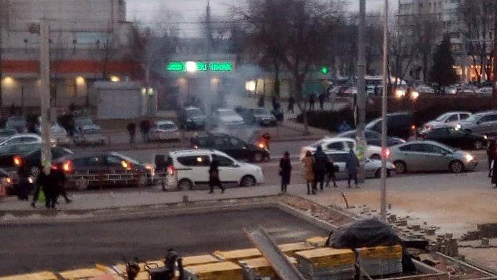 Haos în centrul Capitalei. Un taxi arde pe bulevardul Ştefan cel Mare (FOTO)