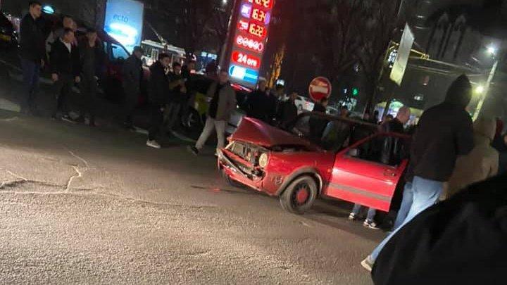 Două accidente grave într-o singură zi, în aceeaşi intersecţie. Un taxi s-a ciocnit violent cu o altă maşină în sectorul Buiucani al Capitalei (FOTO)