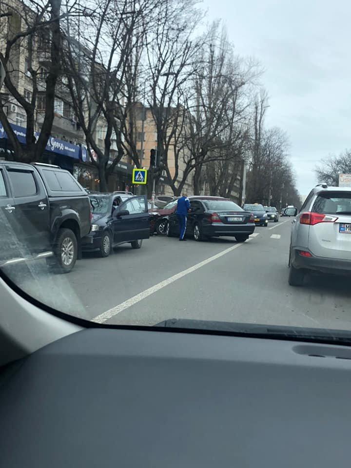 Accident pe strada Trandafirilor din Capitală. Două automobile s-au ciocnit violent (FOTO/VIDEO)