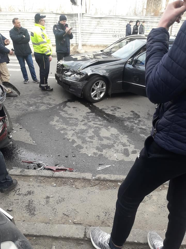 Accident pe strada Trandafirilor din Capitală. Două automobile s-au ciocnit violent (FOTO/VIDEO)