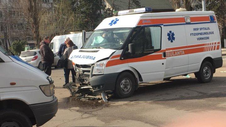 Grav accident în Capitală. O ambulanţă s-a izbit frontal cu o mașină. Sunt victime (FOTO)