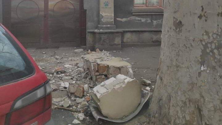 VÂNTUL PUTERNIC face ravagii în Capitală. Maşini distruse şi clădiri avariate (FOTO)